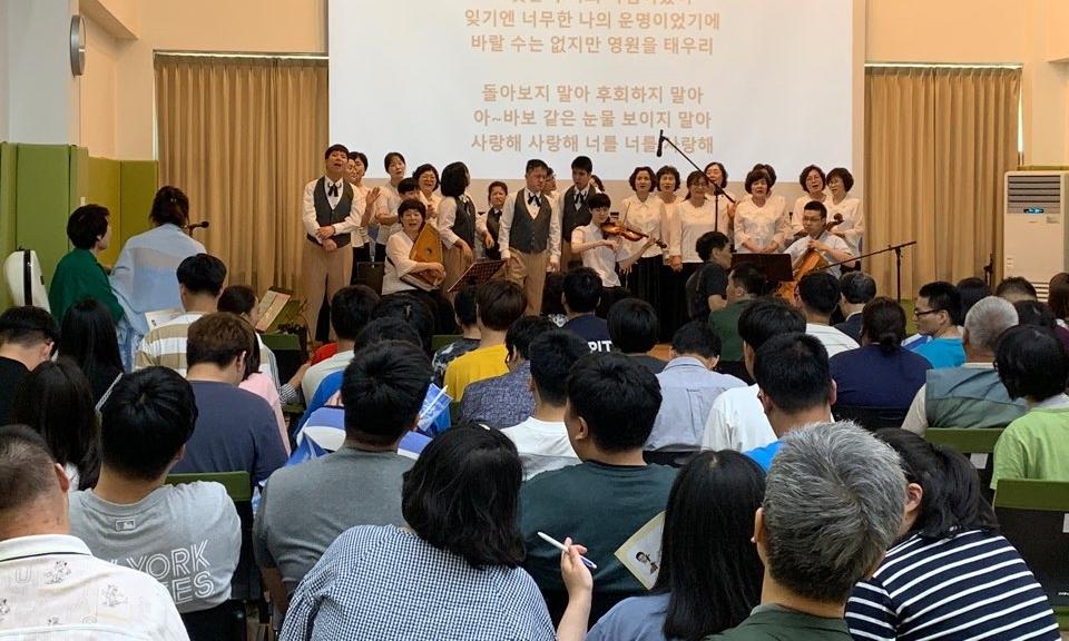 관객과 함께 모든 참여자들이 합창하는 모습