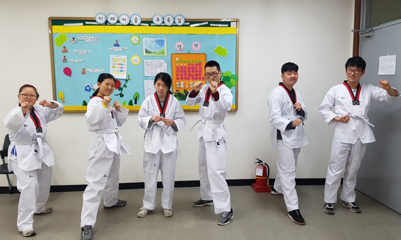 미래키움교육실 교육생들이 도복을 입고 단체사진을 찍고 있다.