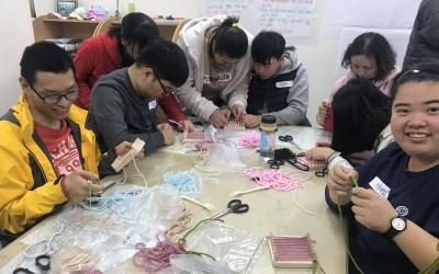 오산장애인종합복지관 강사님과 함께 핸드위빙을 통해 컵받침을 만드는 모습