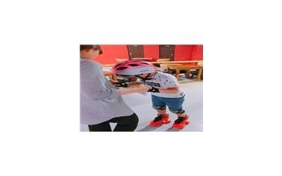 실내롤러스케이트장에서 활동하는 모습